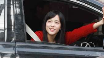 Jisoo-cable-knit-sweater-2