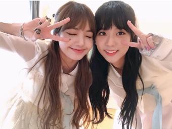 Blackpink Jisoo Lisa Selfie Wearing Hanbok