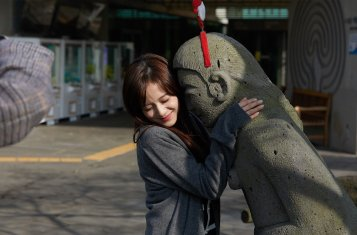 Blackpink Jisoo photo 2018 with statue jeju island