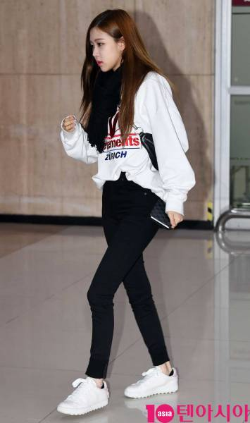 Blackpink Rose airport fashion March 12, 2018